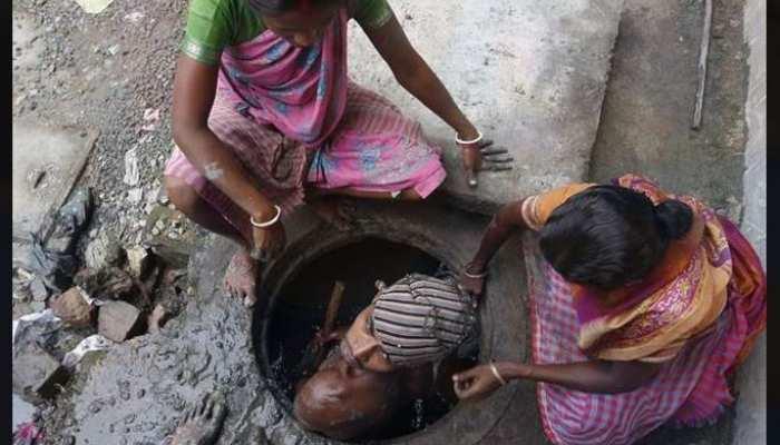 सीवर की सफाई के दौरान पिछले 28 साल में 941 लोगों ने गंवाई जानः सरकार