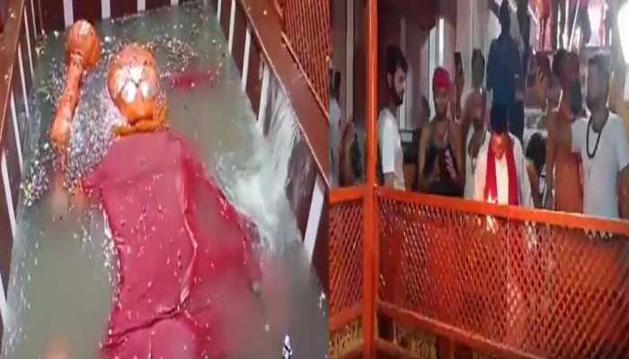 प्रयागराज: मां गंगा ने बजरंगबली को कराया स्नान, वैदिक मंत्रोच्चार और घंटा घड़ियाल बजाकर संतों ने किया स्वागत
