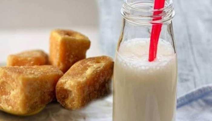 Jaggery With Milk Health Benefits: दूध में सिर्फ एक टुकड़ा गुड़ मिलाकर पीएं, फिर देखें आप पर क्या होता है इसका असर