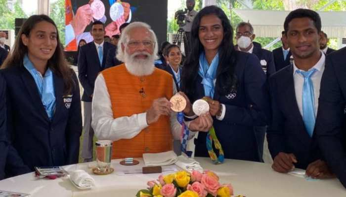 PM Narendra Modi Meets Tokyo Olympics star players at Breakfast, ice cream eating promise with PV Sindhu, Neeraj Chopra