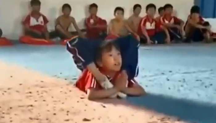 छोटी बच्ची ने जिमनास्ट से यूं दिखाया कमाल, स्टंट देख लोग बोले- ओलंपिक में ऐसे मिलता है गोल्ड मेडल- देखें Video