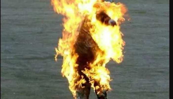 UP: छेड़खानी की शिकायत की तो आरोपी के मां-बाप ने महिला पर तेल डालकर जिंदा जला दिया