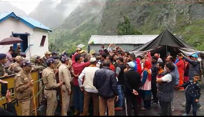 दर्शन की मांग को लेकर बदरीनाथ धाम कूच कर रहे कांग्रेसियों को पुलिस ने पांडुकेश्वर में रोका