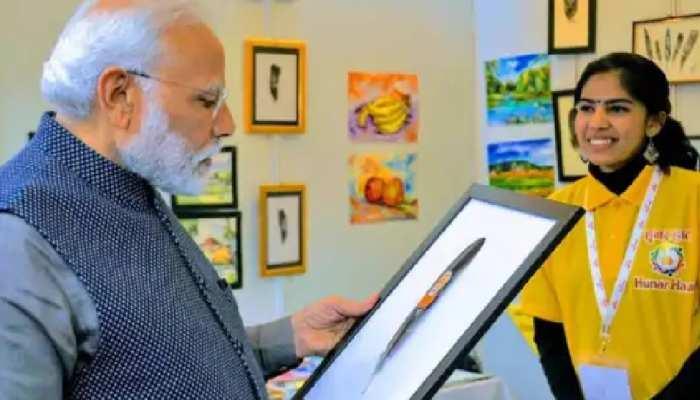 Feather Artist के नाम से फेमस हैं आफरीन, पंखों पर बनीं पेटिंग्स की PM Modi ने भी की थी सराहना
