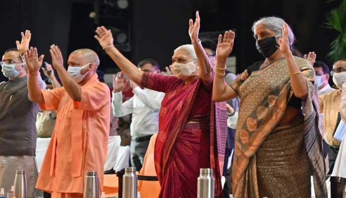 साधारण महिला का ओजस्वी भाषण सुन उठ खड़े हुए CM योगी समेत सभी लोग, तालियों से गूंजा सभागार