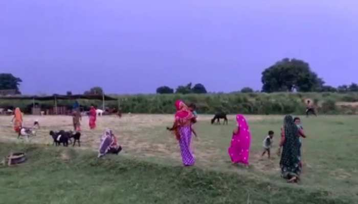 कानपुर देहात: दबंगों का खौफ! घर छोड़कर गांव के बाहर छप्पर डालकर रहने को मजबूर हुए कई परिवार