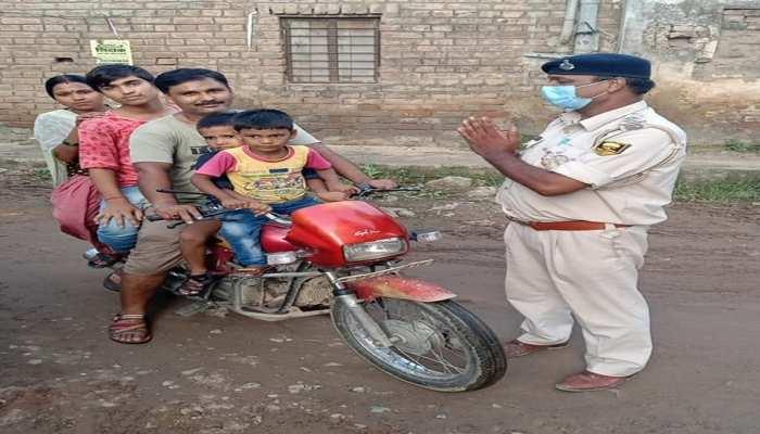 पटना: मोटरसाइकिल सवार के आगे दारोगा ने जोड़ ली हाथ, अब तस्वीर हो रही वायरल