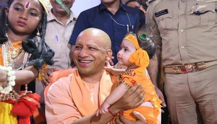 श्रीकृष्ण जन्मोत्सव कार्यक्रम में शामिल हुए CM योगी, कहा- अब बंदिशों में नहीं हर्षोल्लास से मनते हैं पर्व