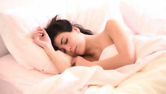 कपड़े पहनकर सोते हैं तो हो जाएं सावधान! ये बातें जानकर कभी नहीं करेंगे ऐसा