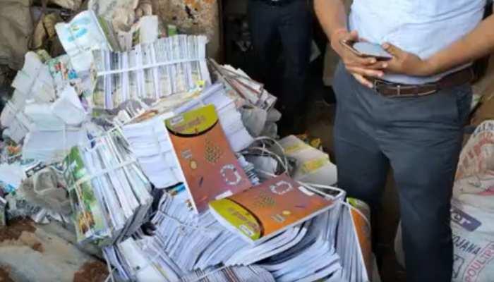 चंदौली: कबाड़ी की दुकान में मिलीं सरकारी स्कूल की किताबें, बीएसए ने दिए जांच के आदेश