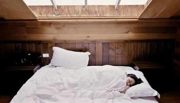 Swapna Shastra: रात में सोते समय डरा देते हैं बुरे सपने, तुरंत अपनाएं ये उपाय
