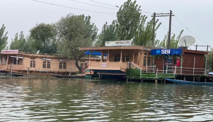 SBI का अनोखा प्रयास! डल झील पर खोला देश का पहला Floating ATM, देख कर हो जाएंगे दंग