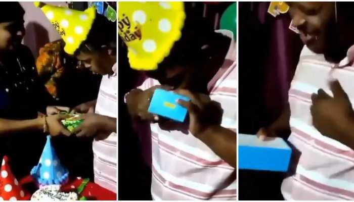 Happy Video: मां का गिफ्ट पाकर खुश हुआ बच्चा, चेहरे पर नजर आई कीमती स्माइल