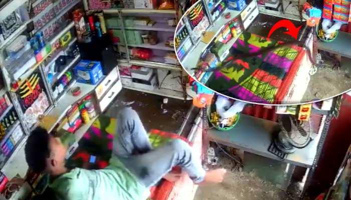 दुकान पर मोबाइल में बिजी था लड़का, अचानक आया कोबरा सांप और फिर हुआ ऐसा- देखें Video