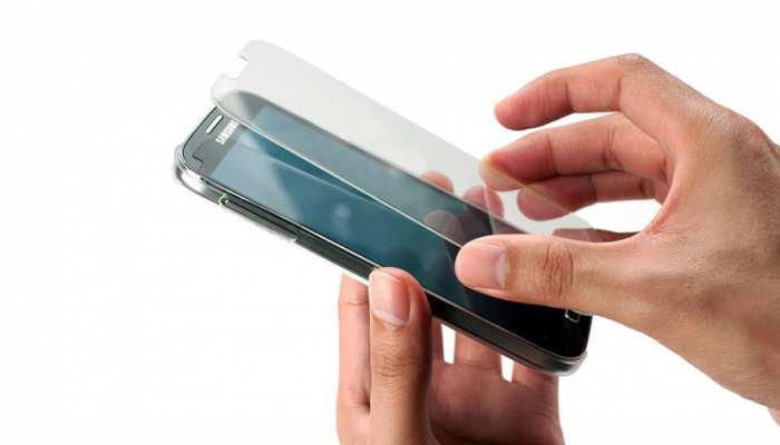 फोन पर Screen Guard लगाने से पहले जरूर जान लें ये सच्चाई, दोबारा नहीं करेंगे गलती