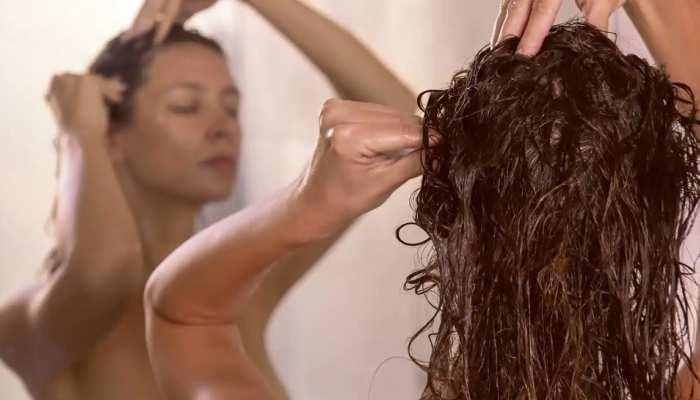 Scalp Scrubbing Benefits: क्या आप ने की है स्कैल्प स्क्रबिंग, ये फायदा चौंका देगा!