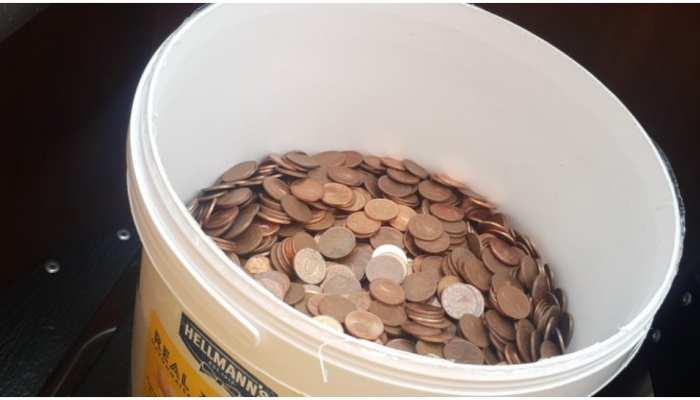 Viral News: सैलरी के लिए परेशान था शख्स, मालिक ने पकड़ा दी सिक्कों से भरी बाल्टी