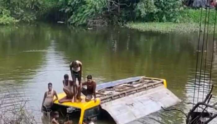 अनियंत्रित होकर पानी भरे गड्ढे में गिरी बस, लोगों की सतर्कता से बची कई जिंदगियां