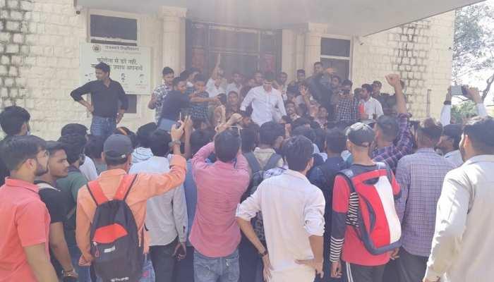 Rajasthan University में छात्रों का हंगामा, प्रमोट करने की मांग तेज
