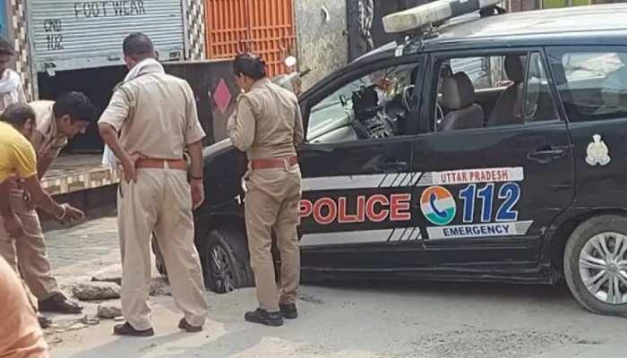 सड़क पर बने गड्ढों से खुद UP Police परेशान, फंसी गाड़ी निकालने की फोटो वायरल, समय पर पहुंचना मुश्किल
