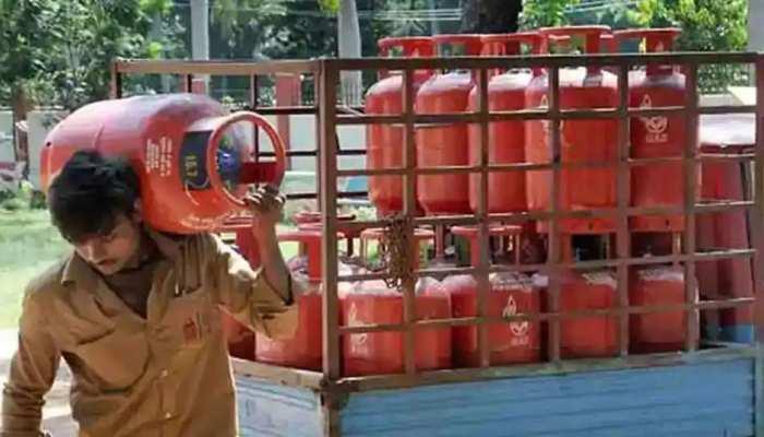 LPG सिलेंडर की बुकिंग पर मिल रहा 2700 रुपये तक का कैशबैक, ऐसे उठाएं फायदा