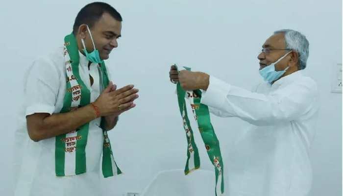 मंत्री सम्राट चौधरी के भाई रोहित ने थामा JDU का हाथ, कहा-ये उनका पुराना घर है