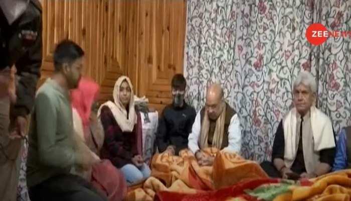 कश्मीर में सुरक्षा पर गृह मंत्री की हाईलेवल मीटिंग, शहीद के परिवार से की मुलाकात