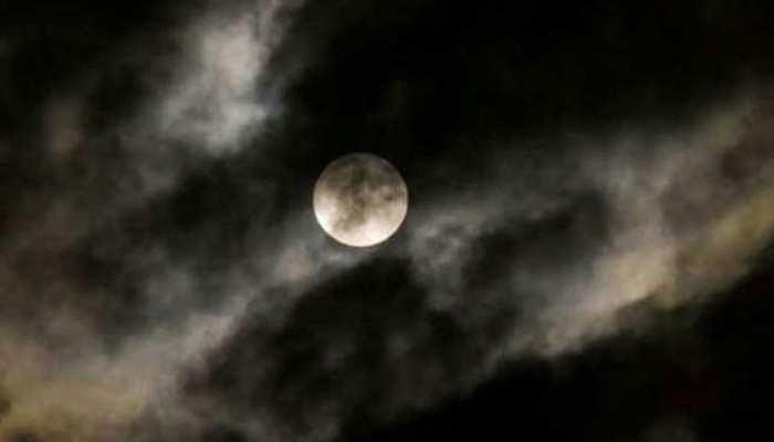 लगने जा रहा है साल का आखिरी चंद्र ग्रहण! इस राशि पर पड़ेगा सबसे ज्यादा असर
