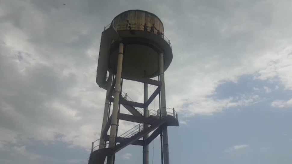 Hardoi: family climbed to water tank for justice